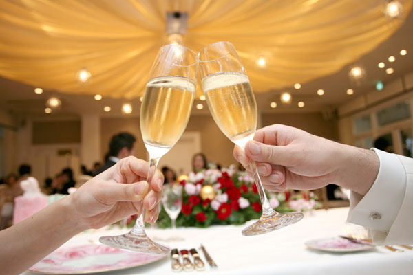 必ずウケて皆ハッピー!結婚式の乾杯の挨拶7つの例文【お笑い編】