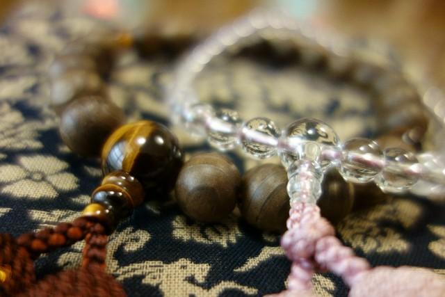 お葬式で使う数珠、意味や効能を解説します