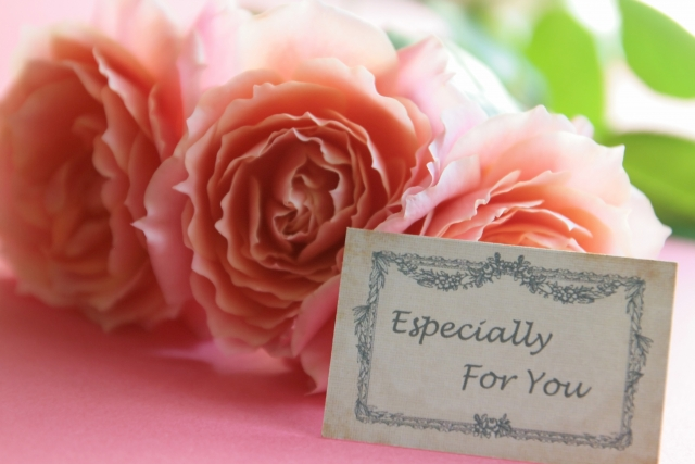 好感度を上げる!失敗しない結婚式招待状の選び方と文例集