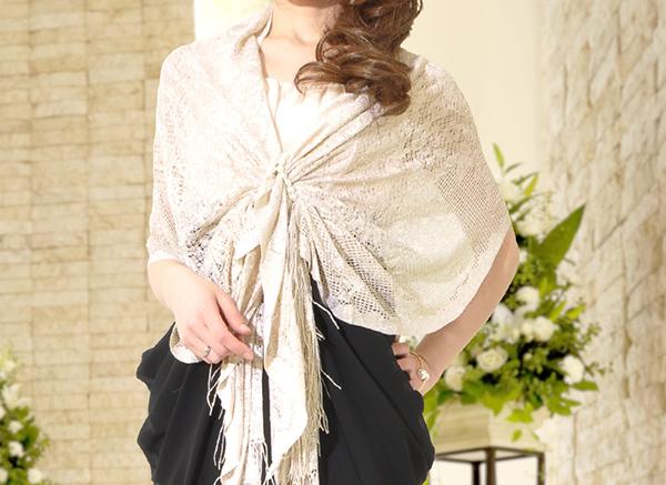結婚式に羽織るストール☆華やかな5つのお洒落な巻き方