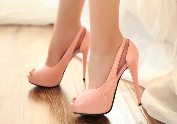 結婚式にはパンプスが常識!?絶対に避けたい靴のNGマナー