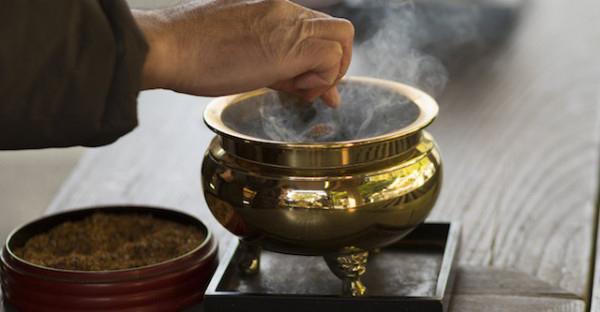 通夜の焼香マナーの基本。葬式前から押さえる作法とは