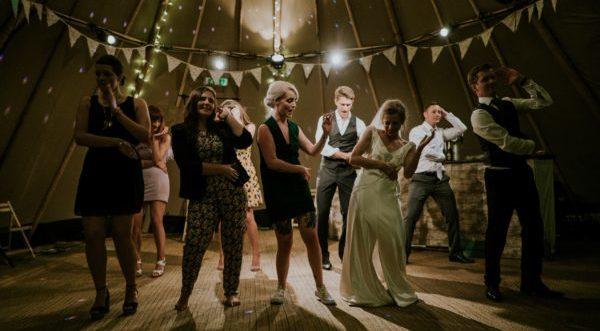 結婚式の二次会の服装、会場に似合うおすすめのスタイル