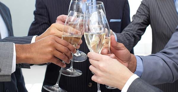 飲み会のマナーはスマートに☆接待でも役立つ基本作法