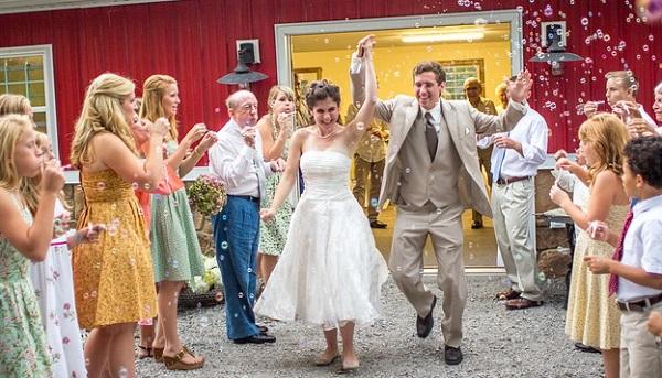 結婚式の種類別!ゲストの服装選び5つのスタイル