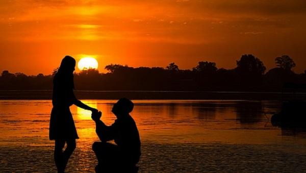 プロポーズは指輪以外で!彼女が感激するプレゼント6選