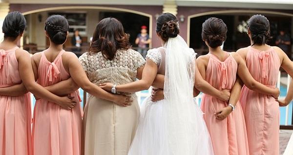 結婚式と二次会では変えるべき?服装選び5つのポイント