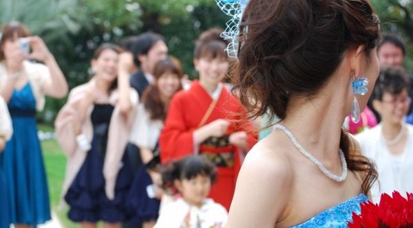 結婚式で一際オシャレに見える!素敵なストールの巻き方
