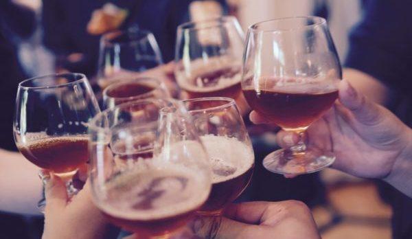 会社の飲み会で困らないお酒の注ぎ方・受け方とは
